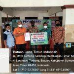 Kepala Desa Torbang, Muzanni, S. Pd saat menyerahkan BLT-DD secara simbolis kepada KPM