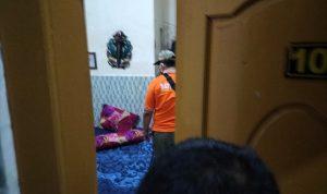 Foto: Petugas Satpol PP Saat Menggeledah Kamar Kost Yang Ditempati Oknum ASN bersama Pasangannya.