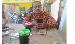 Foto: Kepala Dinas Pemberdayaan Masyarakat dan Desa (DPMD) Kabupaten Sumenep Moh. Ramli, Saat Bincang-Bincang Dengan Awak Media Di Depan Kantornya.
